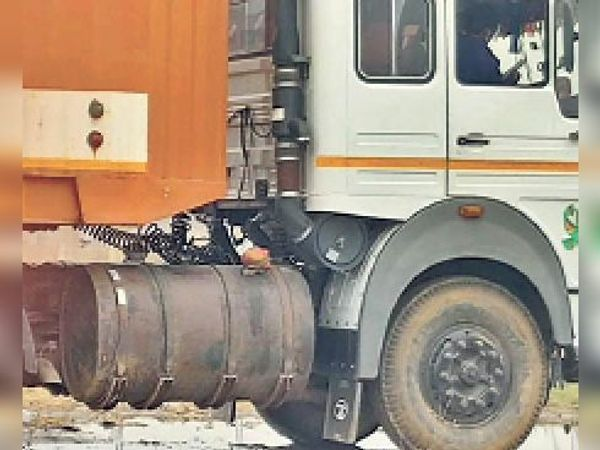 एक ट्रक में ड्राइवर साइड लगा अतिरिक्त डीजल टैंक। - Dainik Bhaskar