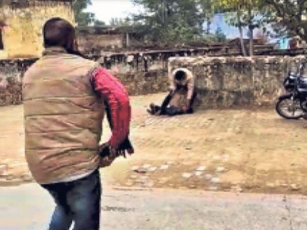भीड़ वीडियो बनाती रही और आरोपी ने मासूम का गला रेत दिया।