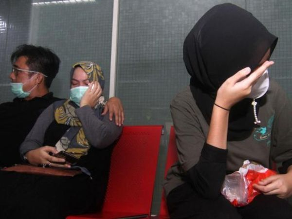 फोटो इंडोनेशिया के पॉन्टिआनाक एयरपोर्ट की है। फ्लाइट मिसिंग की सूचना मिलते ही यहां पैसेंजर्स के परिजन पहुंच गए।