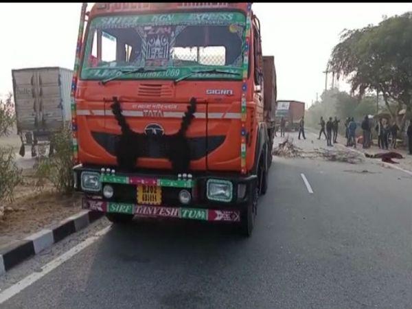 घटना के बाद ट्रक को छोड़कर आरोपी चालक भाग गया। - Dainik Bhaskar