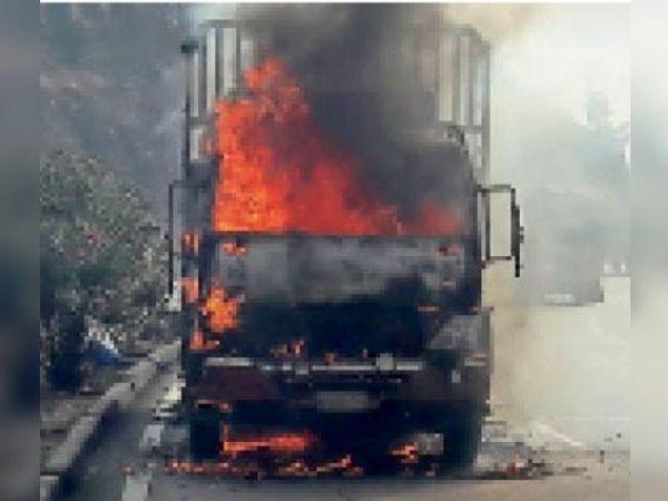 गणपति घाट में शार्ट सर्किट से इस प्रकार से जल गई आइशर। - Dainik Bhaskar