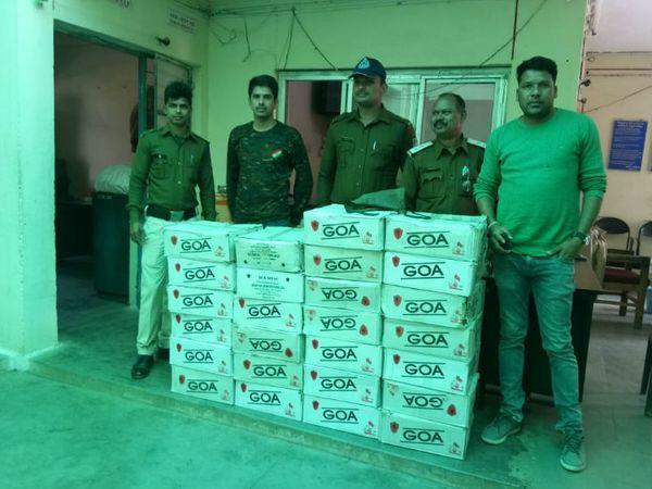 कार सवार तस्करों से जब्त शराब - Dainik Bhaskar