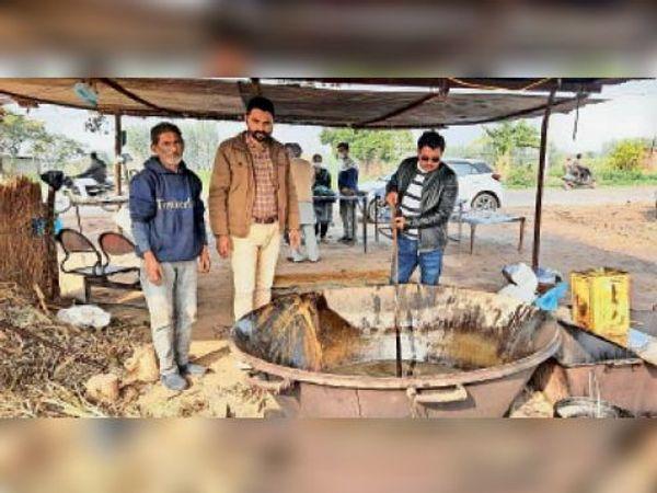 कृषि विभाग के अधिकारी घुलाड़ियों के गुड़ की परख करते हुए। - Dainik Bhaskar