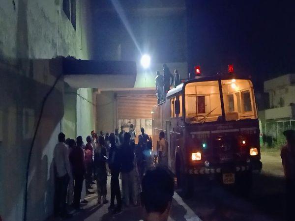 अस्पताल में आपात एंट्री की समस्या के चलते फायर फाइटिंग टीम पिछले छज्जे से चढ़कर अंदर दाखिल हुई थी।