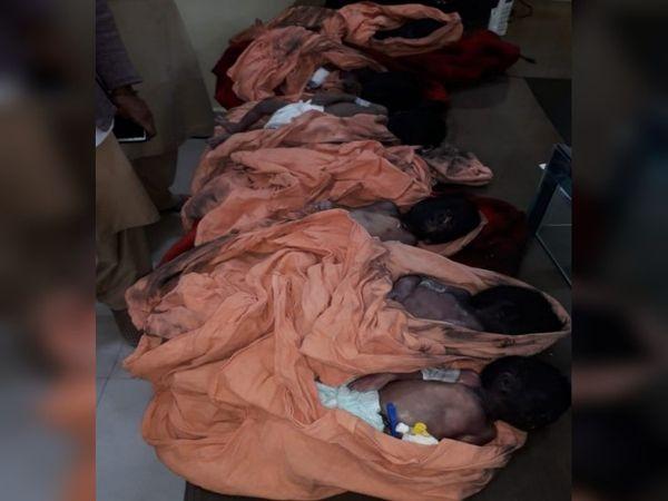 तस्वीर भंडारा के जिला अस्पताल की है। आग में झुलसे बच्चों के चेहरे काले पड़ गए थे।