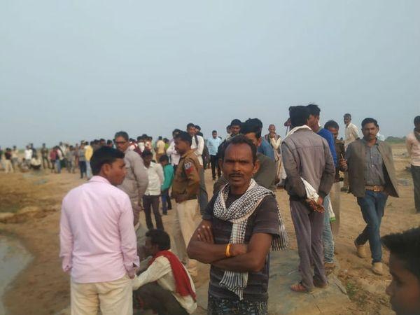 नदी में नाव डूबने की सूचना पर लोगों की भीड़ लग गई। - Dainik Bhaskar