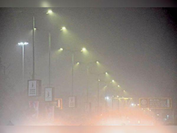दो दिन से रात से सुबह तक कोहरा छा रहा है। स्थान : आगर रोड   रात 8.30 बजे - Dainik Bhaskar