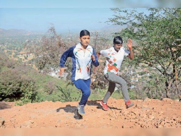 पहाड़ी पर दाैड़ का अभ्यास करती सरिता और अंजू - Dainik Bhaskar