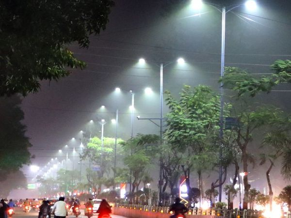 इंदौर में दो दिन से रात से सुबह तक कोहरा छा रहा है। रिंग रोड पर ऐसा दिखा नजारा। - Dainik Bhaskar