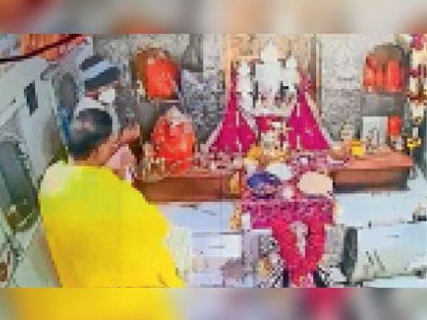 मंदिर के गर्भगृह में दर्शन करने पहुंचे भाजपा के राष्ट्रीय सचिव मेनन। - Dainik Bhaskar