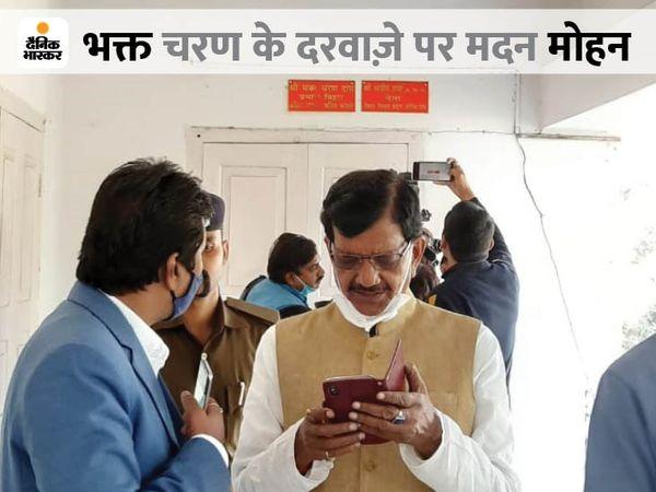 नए बिहार प्रभारी चरण दास के कक्ष के बाहर इंतजार करते प्रदेश कांग्रेस अध्यक्ष मदन मोहन झा।