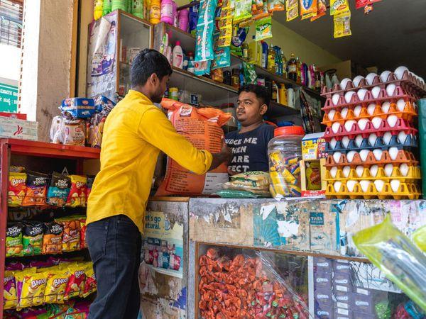 बीते तीन-चार महीनों में नारियल तेल, पाम तेल समेत सभी प्रकार के खाद्य तेल की कीमतों में बढ़ोतरी हुई है। - Dainik Bhaskar