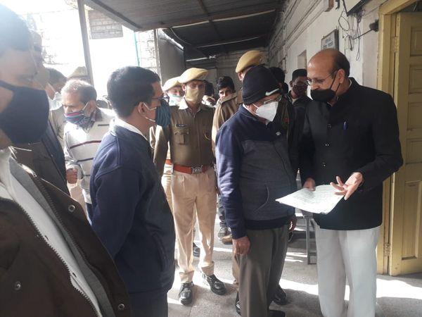 कोर्ट में पेशी के दौरान वकील से बात करते हुए निलंबित IAS इंद्र सिंह राव। - Dainik Bhaskar