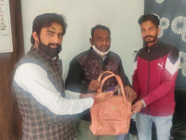 रास्ते में मिले पर्स को लौटाते निश्चय जीनगर - Dainik Bhaskar