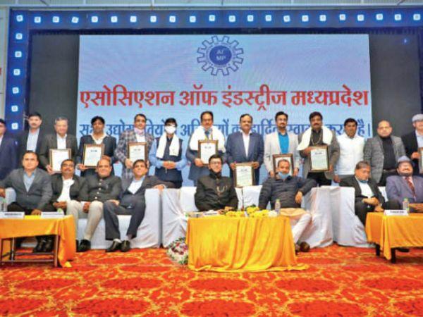 एमएसएमई मंत्री ओमप्रकाश सकलेचा ने उद्यमियों को सम्मानित किया। ओमप्रकाश सिंघल, जितिन शादीजा, प्रदीप जैन, विनोद बाफना के साथ ही गोल्ड कॉइन सेवा ट्रस्ट भी सम्मानित हुए। - Dainik Bhaskar