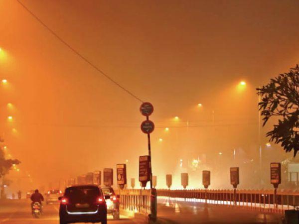 इंदौर में दो दिन से रात से सुबह तक कोहरा छा रहा है। स्थान : बीआरटीएस - Dainik Bhaskar