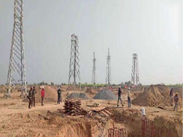 जेसूपुरा गांव में बिजली सबस्टेशन के लिए निर्माण कार्य कराते इंजीनियर। - Dainik Bhaskar
