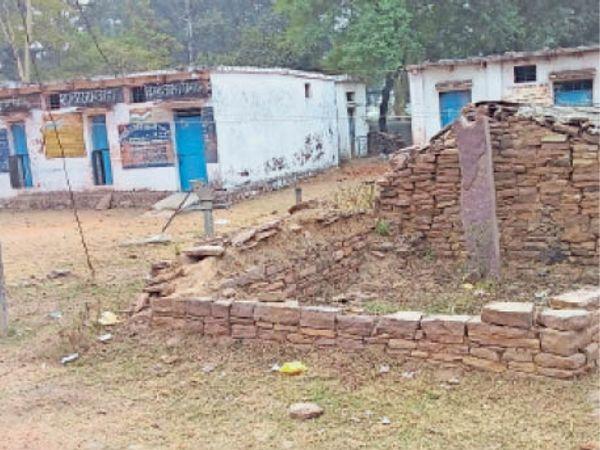 बनवार  स्कूल के पास लोगों ने मकान बनाकर अतिक्रमण कर लिए हैं। - Dainik Bhaskar