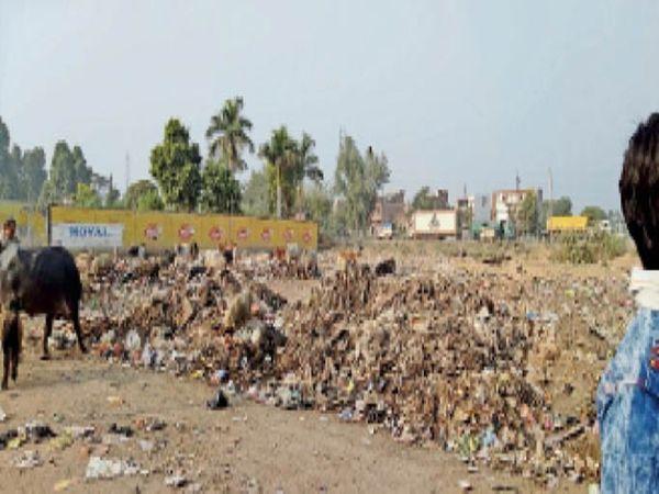 मेला परिसर में नगर सफाई कर्मचारियों के द्वारा डंप किया गया कचरा । जिससे लोग परेशान हैं । - Dainik Bhaskar