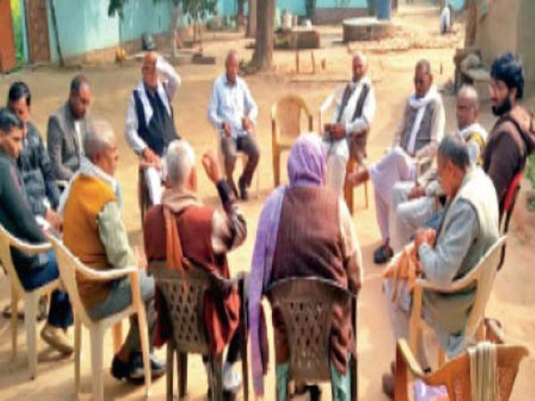समिति की वार्षिक आमसभा की बैठक में मौजूद सदस्य। - Dainik Bhaskar