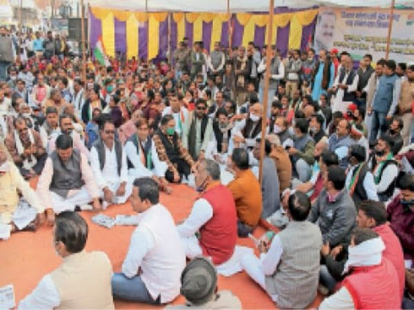 किसान विरोधी नीतियों के खिलाफ जयेंद्रगंज चौराहे पर धरना देते कांग्रेसी। - Dainik Bhaskar
