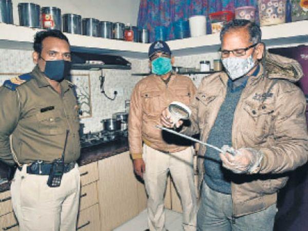 जांच करते पुलिसकर्मी - Dainik Bhaskar