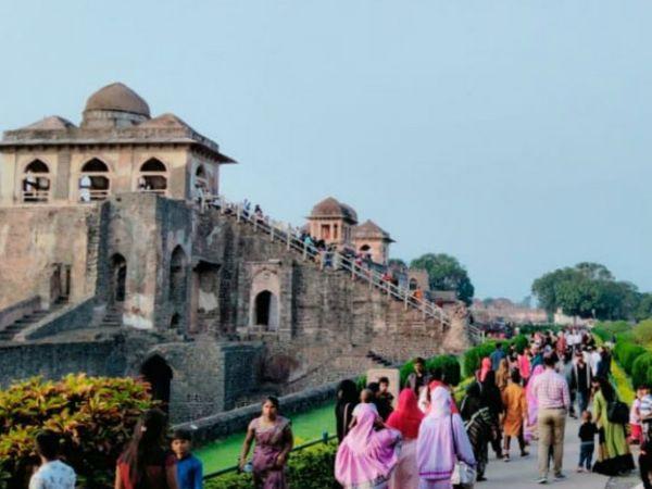 दोपहर में तो ऐसा लगा मानो मांडू में पर्यटकों का मेला लगा हाे - Dainik Bhaskar