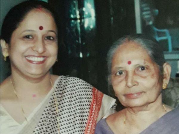स्कूल टीचर ज्योति गुरू  अपनी मां राजअम्मा के साथ। फाइल फोटो - Dainik Bhaskar