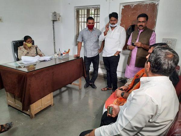 थाने में भाजपा नेता पहुंचे और पार्षद के खिलाफ कार्रवाई की मांग की।