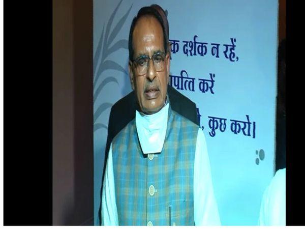 मुख्यमंत्री शिवराज सिंह चौहान ने कहा है कि देश में लड़कियों की शादी की उम्र 21 साल होना चाहिए। इसे मुद्दा बनाकर बहस करना चाहिए। - Dainik Bhaskar