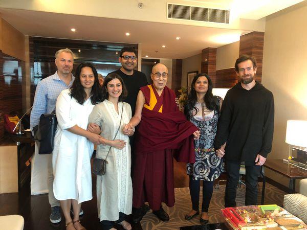 भारत यात्रा के दौरान ट्विटर के को-फाउंडर जैक डोरसे ने दलाई लामा के साथ एक तस्वीर पोस्ट की थी। इसमें विजया दलाई लामा और जैक का हाथ पकड़े दिखाई दे रही हैं।
