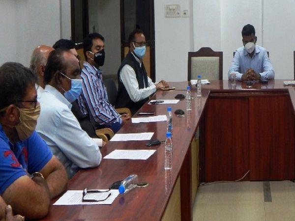 तस्वीर रायपुर कलेक्टोरेट दफ्तर की है। कलेक्टर भारती दासन ने सभी विभागीय अधिकारियों को जांच करने के निर्देश दिए हैं। - Dainik Bhaskar