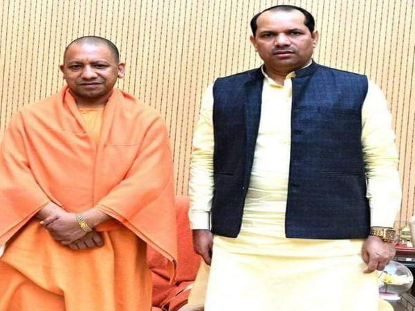 वर्तमान में हरचंदपुर  से कांग्रेस के विधायक राकेश सिंह भाजपा का पक्ष लेते नजर आ रहे हैं। योगी के साथ उनकी फाइल फोटो। - Dainik Bhaskar