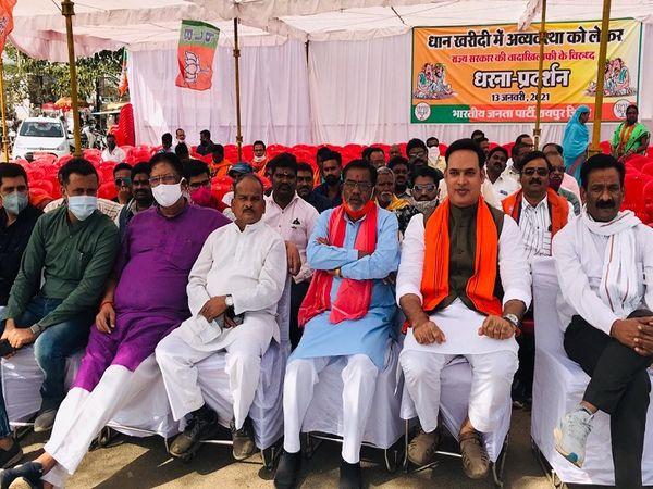 तस्वीर रायपुर की है। भाजपा ने इस प्रदर्शन के जरिए राज्य सरकार का विरोध किया। प्रदेश के सभी जिलों में यह प्रोटेस्ट हुआ। - Dainik Bhaskar