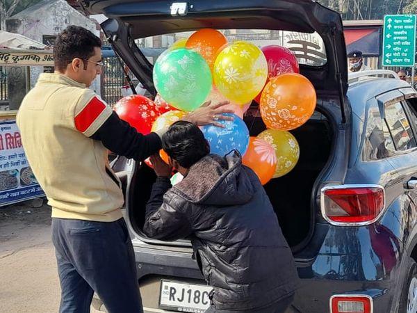 झुंझुनू में अभिभावक अपने बच्चों को चाइनीज मांझा से हाथ ना कट जाए इसलिए गैस के गुब्बारे दिलवा रहे थे।