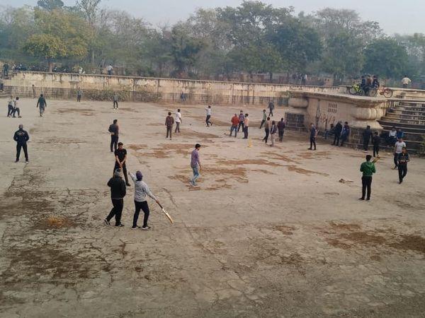 अलवर में मकर संक्रान्ति पर क्रिकेट खेलते लोग।