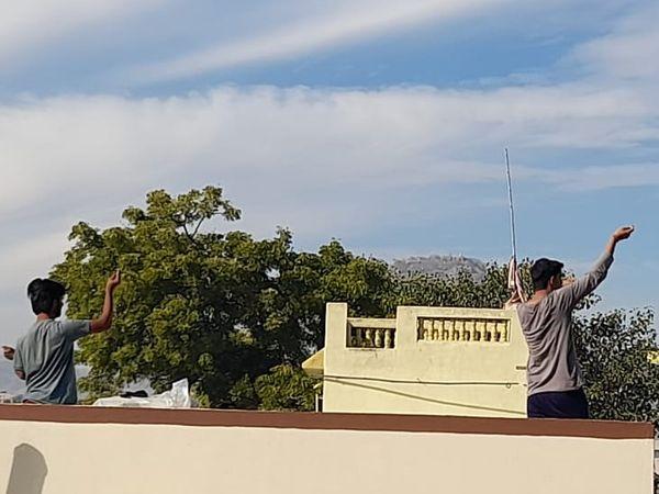 झुंझुनूं मे भी छतों पर चढ़े लोग।