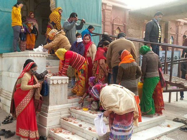 बीकानेर में मंदिर के दर्शन करने पहुंचे लोग।
