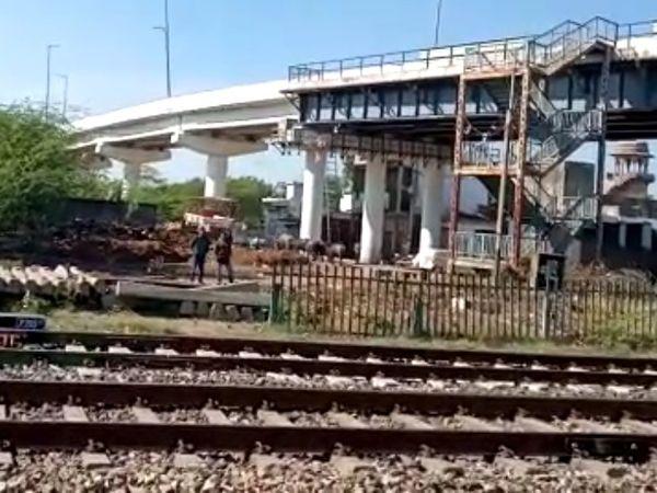 ओवरब्रिज बनने के बाद से इस इलाके से रेलवे ने फाटक हटा दिए गए।