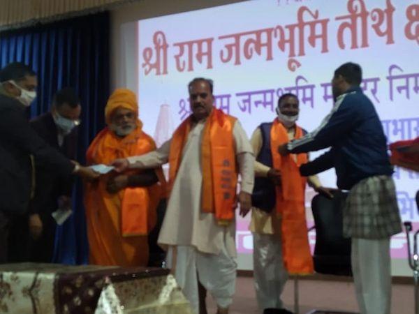 भक्तों की रसीद काटकर औपचारिक शुरूआत की गई - Dainik Bhaskar