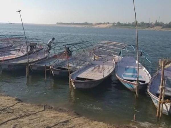 संगम तट पर खड़ी नावें।