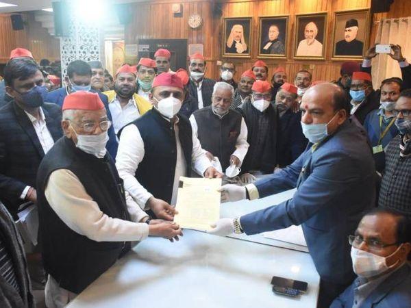 विधान परिषद चुनाव के लिए अखिलेश यादव की मौजूदगी में सपा उम्मीदवार अहमद हसन और राजेंद्र चौधरी ने दाखिल किया पर्चा। - Dainik Bhaskar
