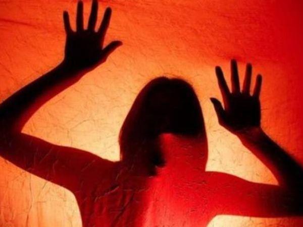 घटना के बाद पुलिस ने महिला की मदद की। पति से मिलने के बाद ही महिला घटना के बारे में कुछ बता पाई। -प्रतीकात्मक फोटो - Dainik Bhaskar