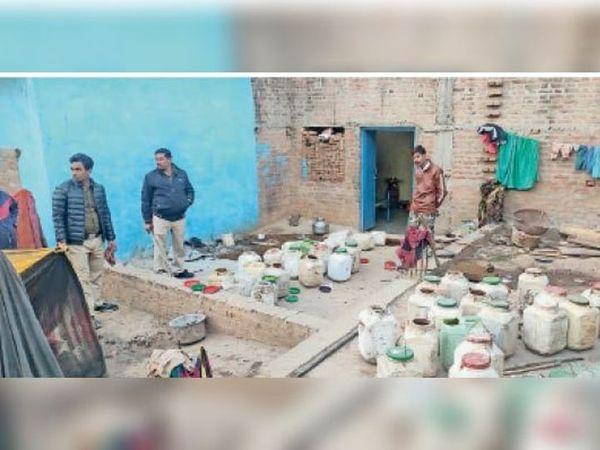 मुरैना की घटना के बाद पूरे प्रदेश में अवैध शराब के ठिकानों पर कार्रवाई करने के लिए प्रशासन ने अभियान चलाया है। इस दौरान टीकमगढ़ के कुचबंदियाना मोहल्ले में कार्रवाई कर कच्ची शराब जब्त की गई। - Dainik Bhaskar