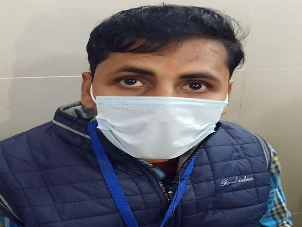 जिला महिला अस्पताल के डाटा ऑपरेटर अजित कुमार मिश्रा को पहला टिका 11 बजकर 16 मिनट पर लगा।