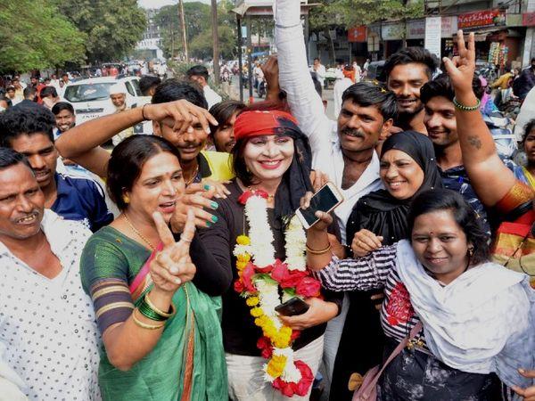 अंजली जिले में पहली तृतीय पंथी जनप्रतिनिधि (Transgender Representative) हैं। जीत के बाद जश्न मनाते उनके समर्थक। - Dainik Bhaskar