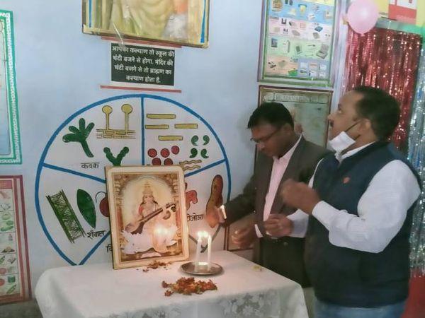 यह फोटो ललितपुर के स्कूल की है। रविवार को यहां आयोजित कार्यक्रम में बीएसए पहुंचे थे। तभी उन्होंने स्लोगन देखा था। लेकिन विरोध प्रदर्शन के बाद उन्होंने दो शिक्षकों पर कार्रवाई की। - Dainik Bhaskar
