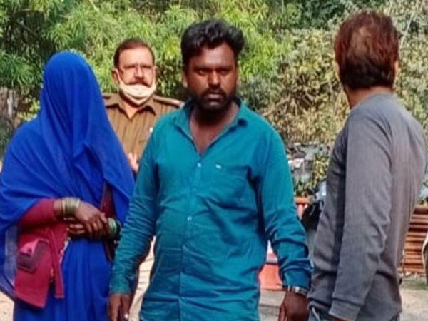 मुख्य आराेपी राजेश व सास गेंदाबाई काे पेशी पर ले जाती पुलिस। - Dainik Bhaskar