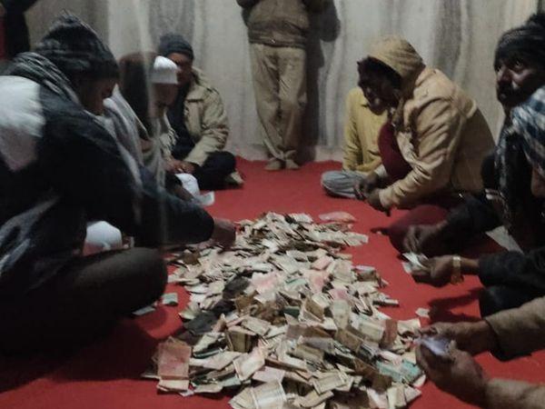 दरगाह पहुंचेलोगों ने पुलिस को सूचना कर सारे पैसों की गिनती कर सुरक्षित रखवाया। - Dainik Bhaskar