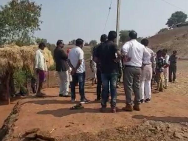 हादसे की सूचना पर भगतपुरा गांव पहुंचे जनप्रतिनिधि।